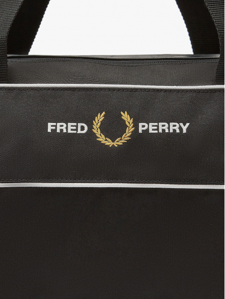 Fred Perry Graphic Panel Barrel | Fuxia, Urban Tribes United.